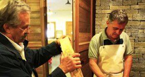 """Il presidente del Consorzio Salvaguardia Bitto Storico, Paolo Ciapparelli (sulla destra) e l'altro leader del consorzio Gino Cattaneo, durante la """"catalogazione"""" delle forme al termine della scorsa stagione d'alpeggio"""