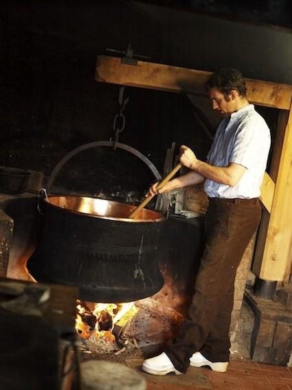 È un classico formaggio d'alpeggio prodotto su fuoco a legna, il Formaggio d'Alpe Glaronese. Per realizzarlo è previsto l'uso di fermenti selezionati