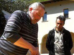 Silvio Zanini, primo artefice della Dop, taglia la prima forma di Nostrano Valtrompia dopo la marchiatura - foto Formaggi Trevalli Zanini®