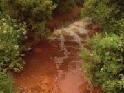 Un corso d'acqua inquinato da una miniera di rame dismessa, nei pressi della cittadina gallese di Amlwch - foto Cls14 under Creative Common license