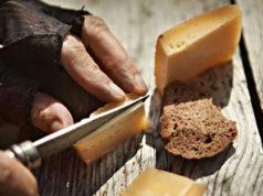 """Un po' di formaggio genuino e un tozzo di pane: immagine più che eloquente del """"vivere le Alpi con parsimonia"""" - foto Cipra®"""