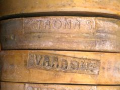 I nomi dei singoli alpeggi impressi sullo scalzo, uno dei simboli distintivi del Bitto storico - foto Moiola® per Bitto storico