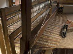 La lana di pecore Rosset, ancora filata a mano, al telaio di legno - foto Les Tisserands®