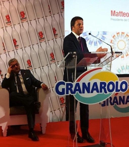 L'intervento di Matteo Renzi in Granarolo venerdì scorso. Alle sue spalle il presidente della cooperativa bolognese Calzolari - foto da pagina Facebook di Coop Liguria®