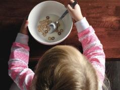 Bambina colazione latte