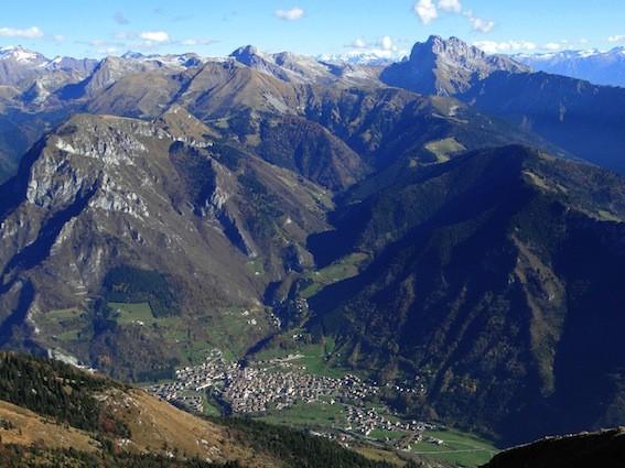 Ardesio incorniciata dalle sue montagne, governate dalle sue capre e dai suoi caprai, per un giorno subirà lo scacco di sedicenti animalisti - foto Ago76 - Creative Commonsi License®