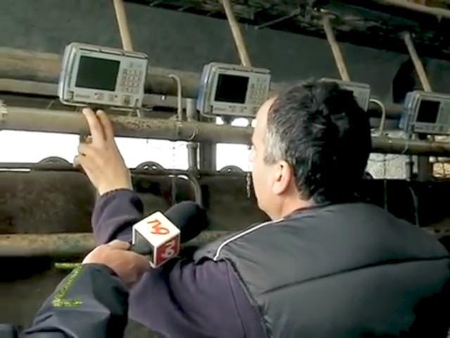 Luigi Farina illustra il funzionamento del lattometro nel corso dell'intervista della trasmissione Zonattiva di Telemaremma Tv9 - L'intervista è linkata in calce a questo articolo