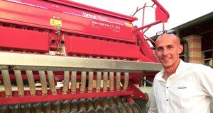 Lorenzo Bergese dell'azienda agricola La Corte di Monasterolo di Savigliano con la sua speciale seminatrice per prati, prodotta da Spertino di Murello, in provincia di Cuneo, su indicazioni del Prof. Andrea Cavallero