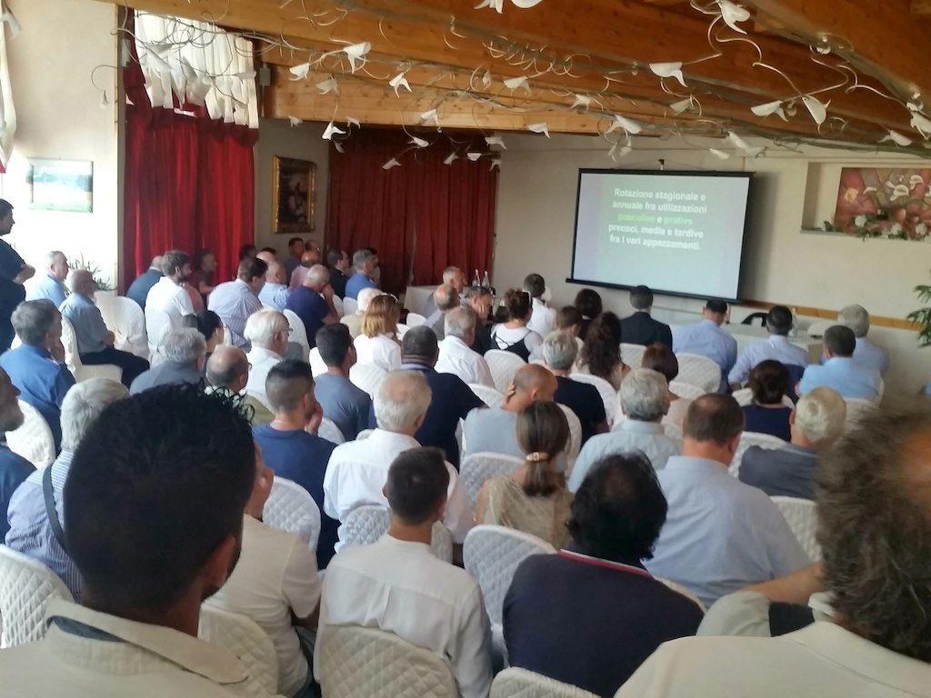 Sala gremita oltre ogni più rosea aspettativa al convegno sulle Oasi prative di Caramagna e le filiere dell'erba